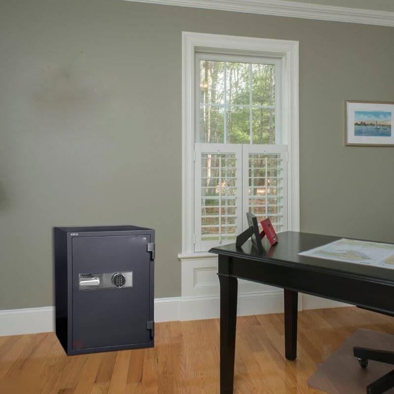 گاوصندوق با رنگ تیره در اتاق